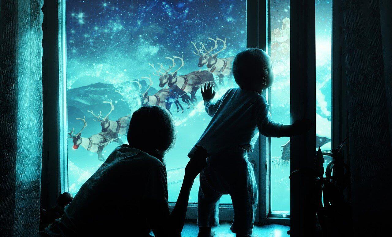 Dziecko wypatruje Mikołaja