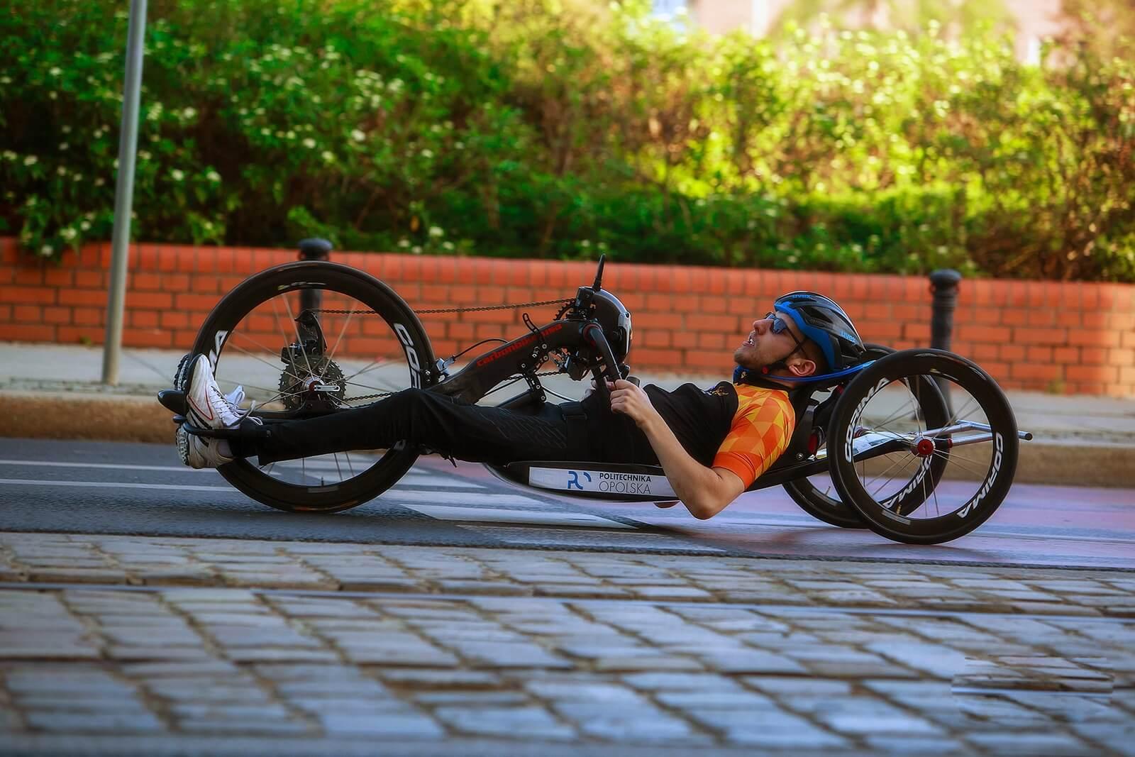niepełnosprawny na handbike