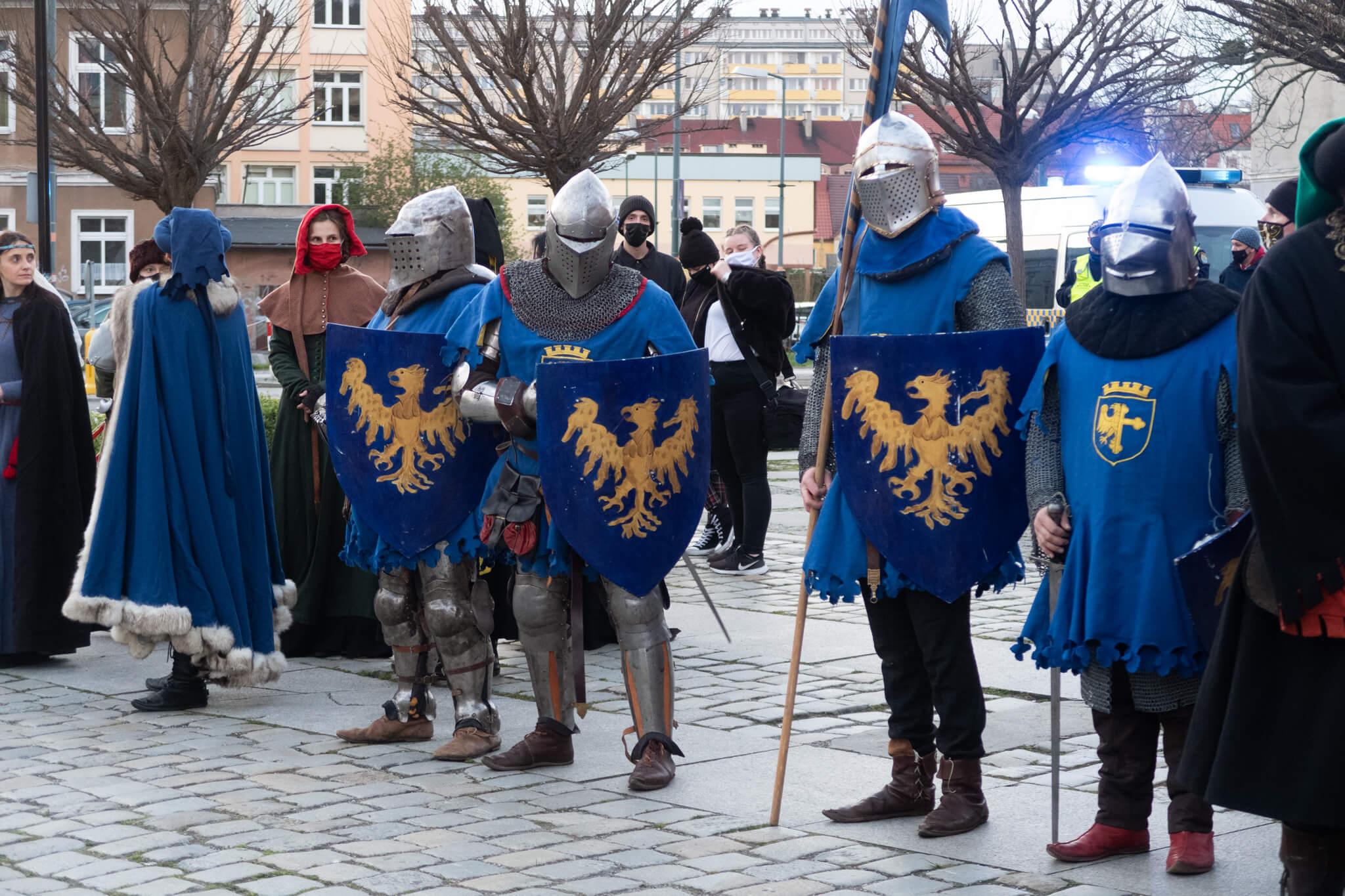 rycerze podczas odsłonięcie_pomnika_W_Opolczyka