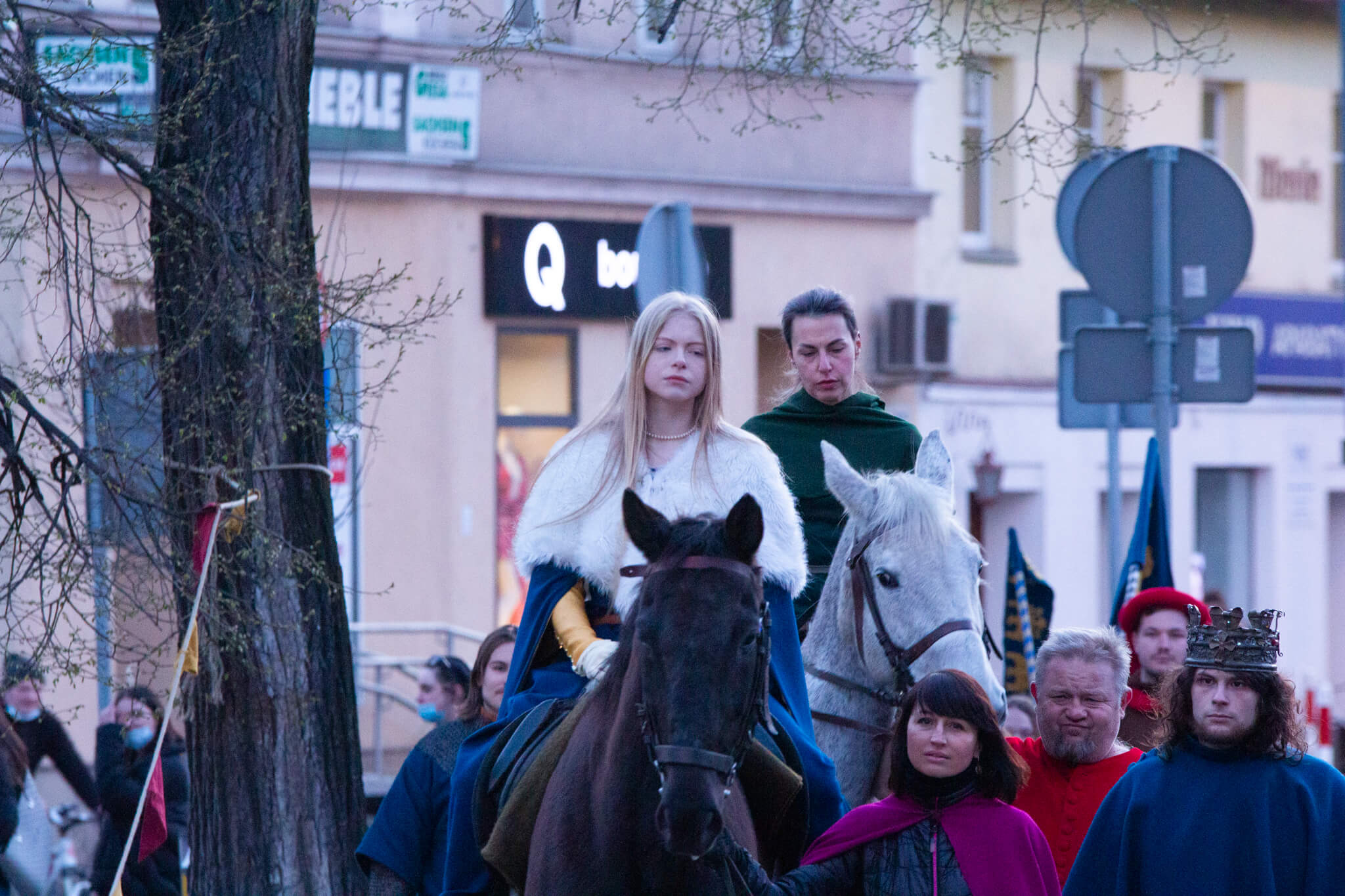 rekonstruktorki historyczne na koniach